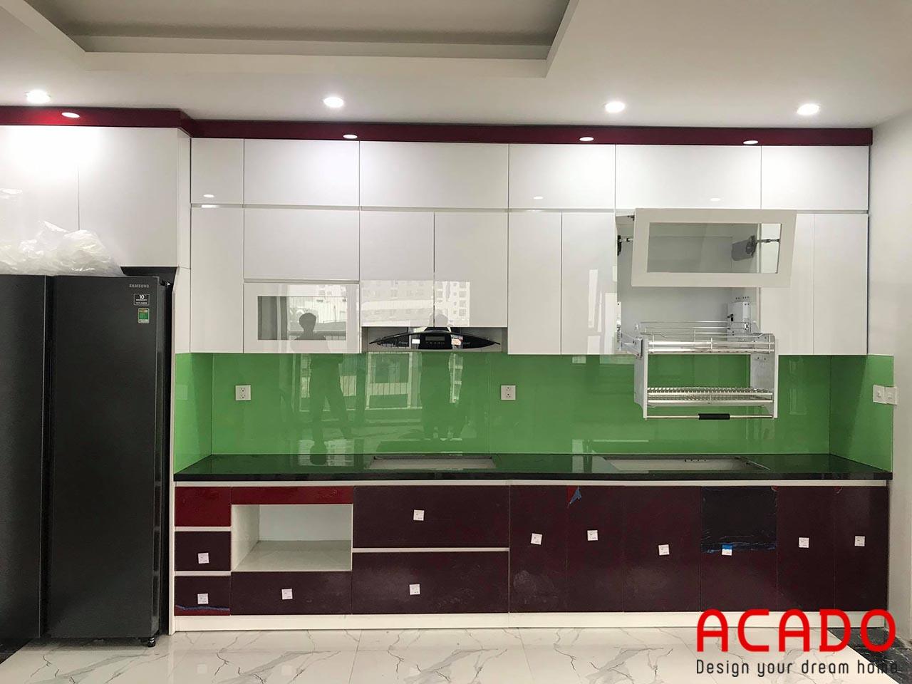 Tủ bếp Acrylic với thiết kế hiện đại sát trần thoải mái không gian chứa đồ