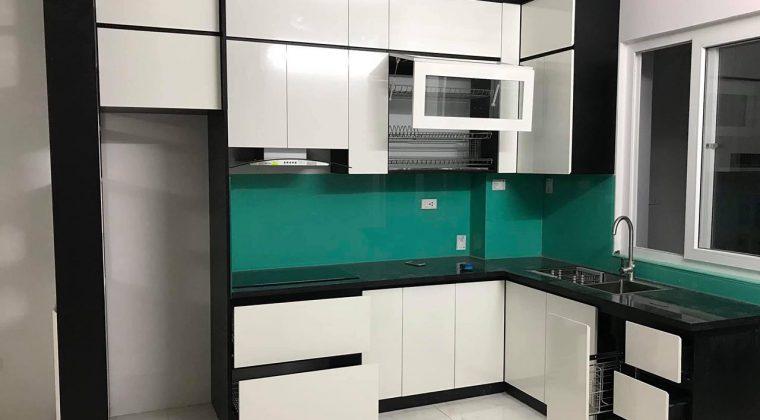 Tủ bếp Melamine màu trắng kiểu dáng hiện đại tại ACADO