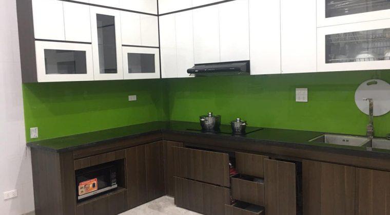 Kính ốp bếp màu xanh lá cây cho các gia chủ mệnh mộc