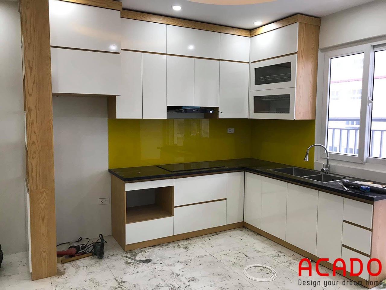 Tủ bếp tại Gia Lâm - tủ bếp chất liệu Melamine màu trắng kết hợp màu vân gỗ