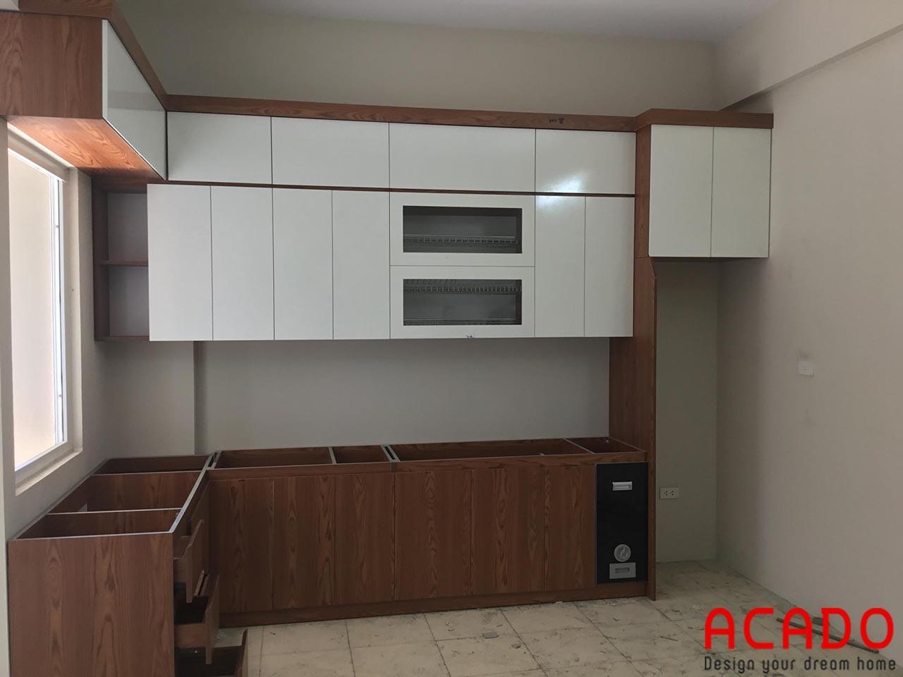 Tủ bếp Melamine thùng vân gỗ cánh trắng nổi bật