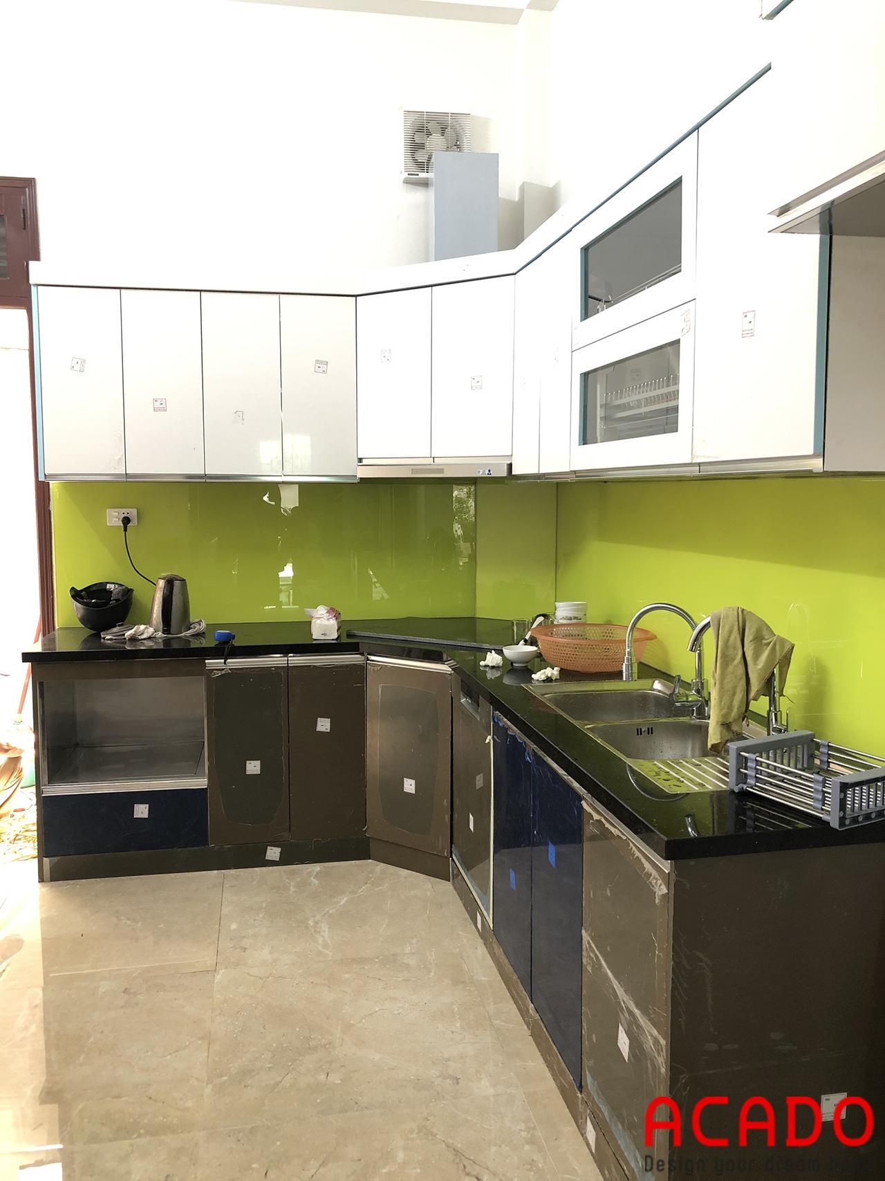 Tủ bếp chất liệu thùng inox cánh Acrylic bền đẹp, hiện đại