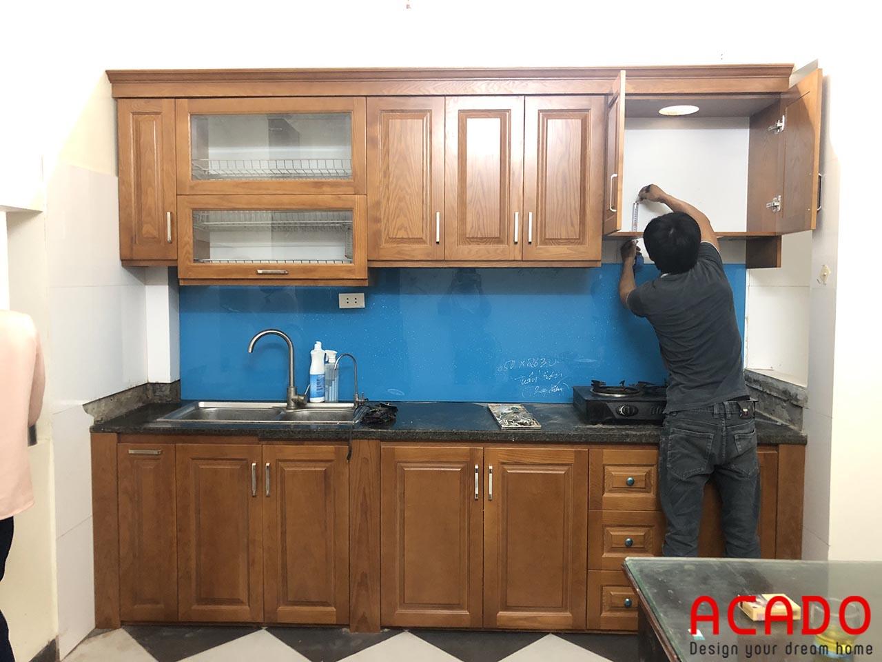 Thợ ACADO đang thi công những công đoạn cuối cùng của bộ tủ bếp gỗ sồi Nga