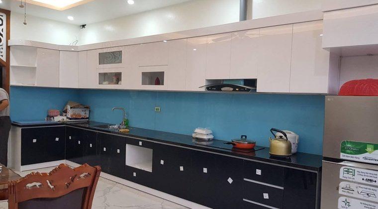 Tủ bếp gỗ công nghiệp Acrylic thùng nhựa Picomat với kính bếp màu xanh dương hiện đại
