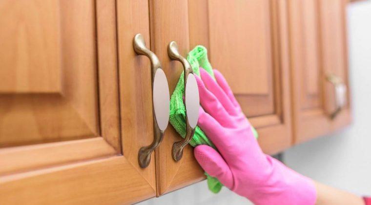 Vệ sinh tủ bếp gỗ tự nhiên bằng các chất tẩy rửa nhẹ để tránh bay màu gỗ