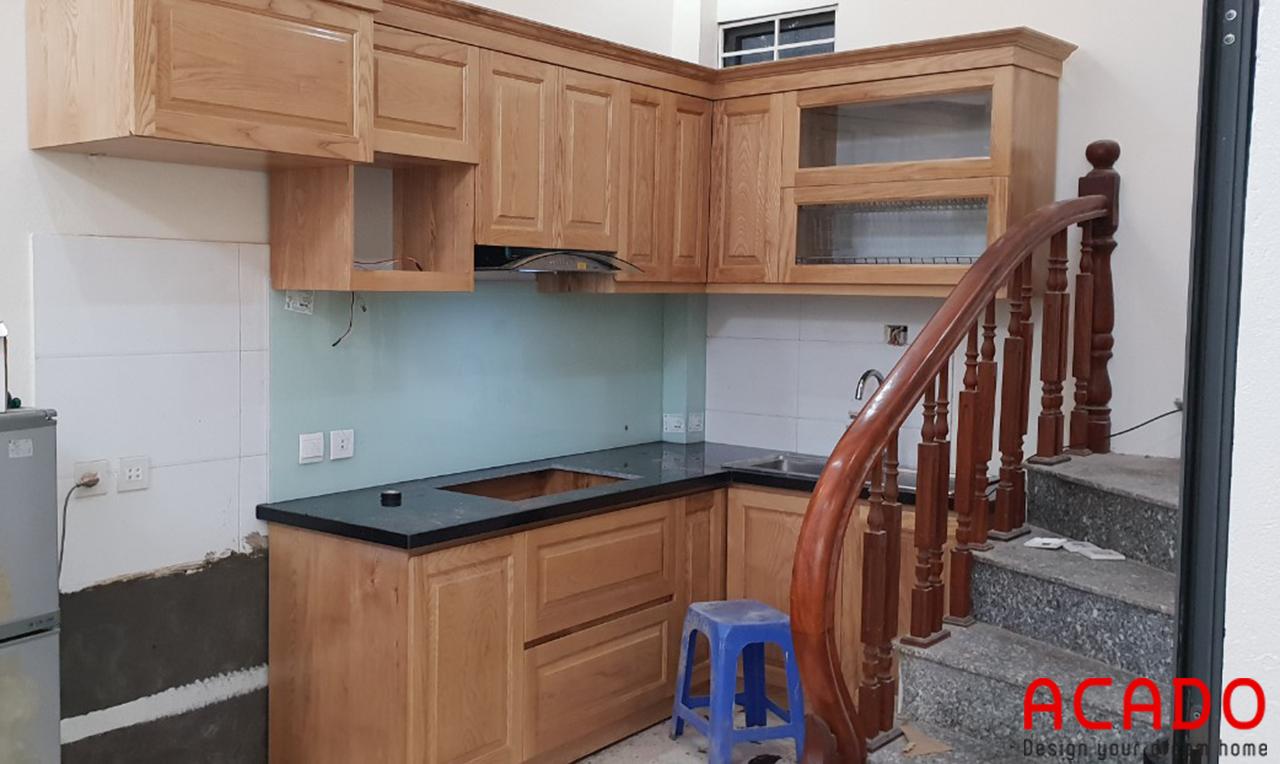 Chất liệu gỗ sồi Nga màu vàng nhạt trẻ trung, hiện đại cho căn bếp