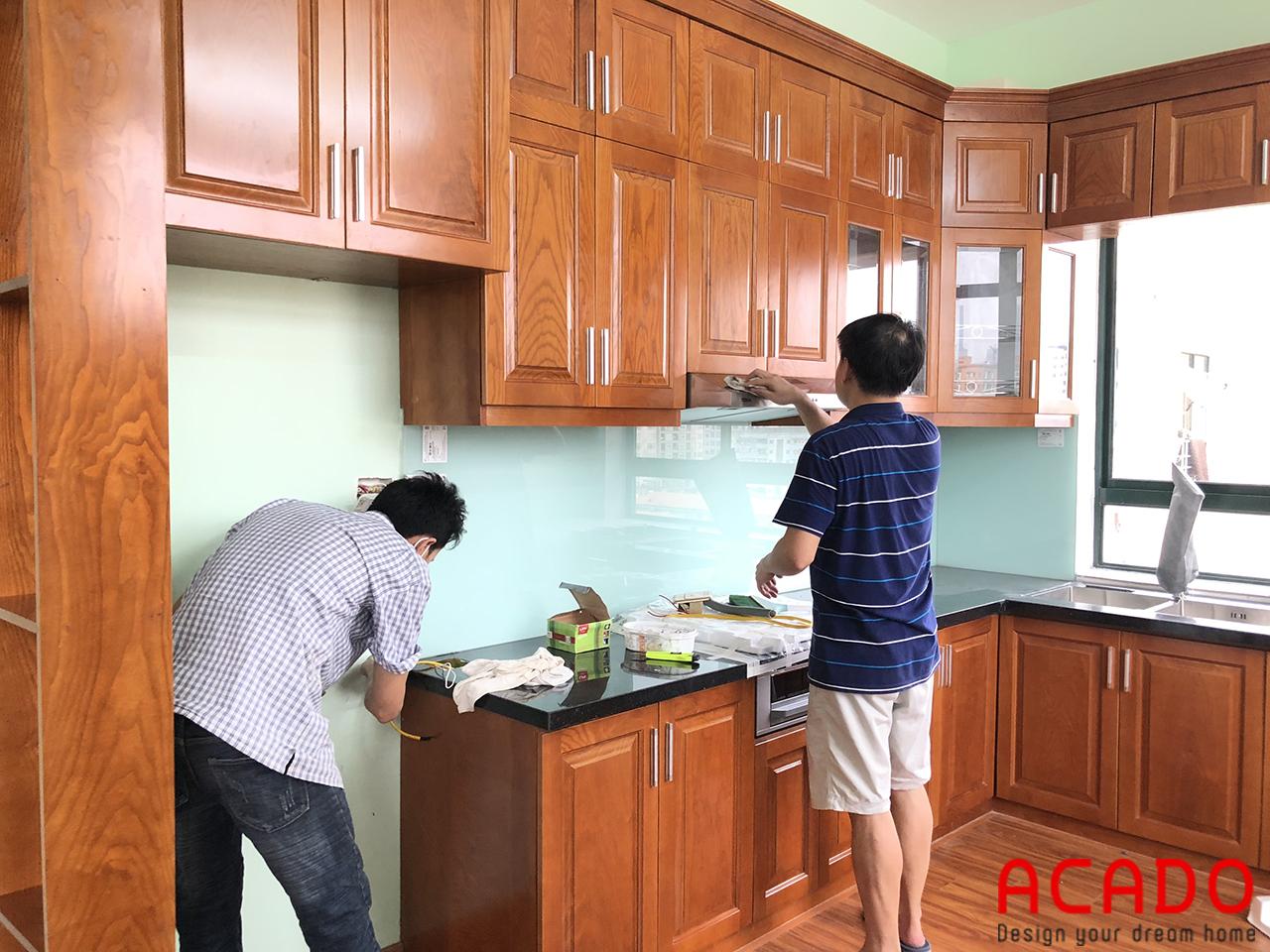 Tủ bếp chất liệu gỗ sồi Nga phun sơn màu cánh gián dáng chữ L tiện nghi