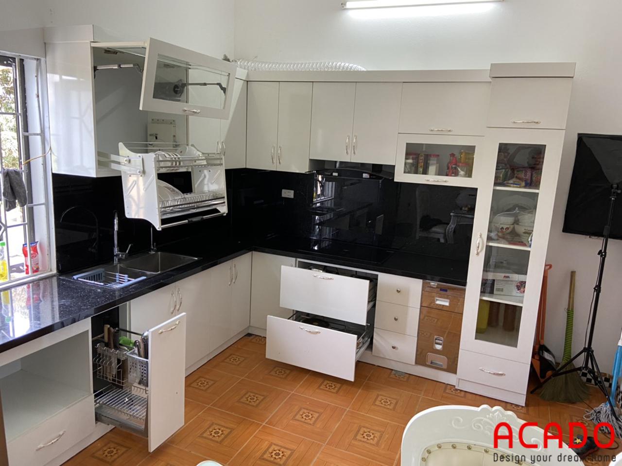 Tủ bếp Melamine màu trắng hiện đại và kính bếp màu đen làm điểm nhấn