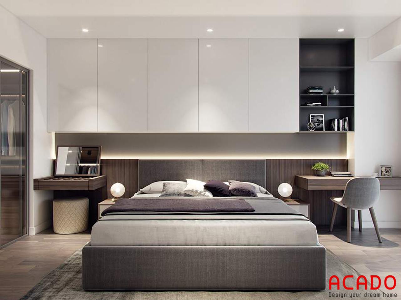 Phía trên giường có thiết kế thêm chiếc tủ để đồ và giá sách tiện lợi