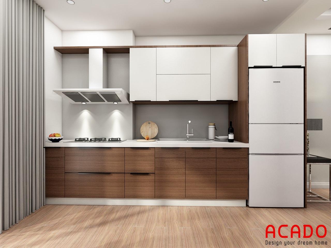 Tủ bếp kết hợp giữa màu trắng và màu vân gỗ tạo điểm nhấn cho không gian bếp