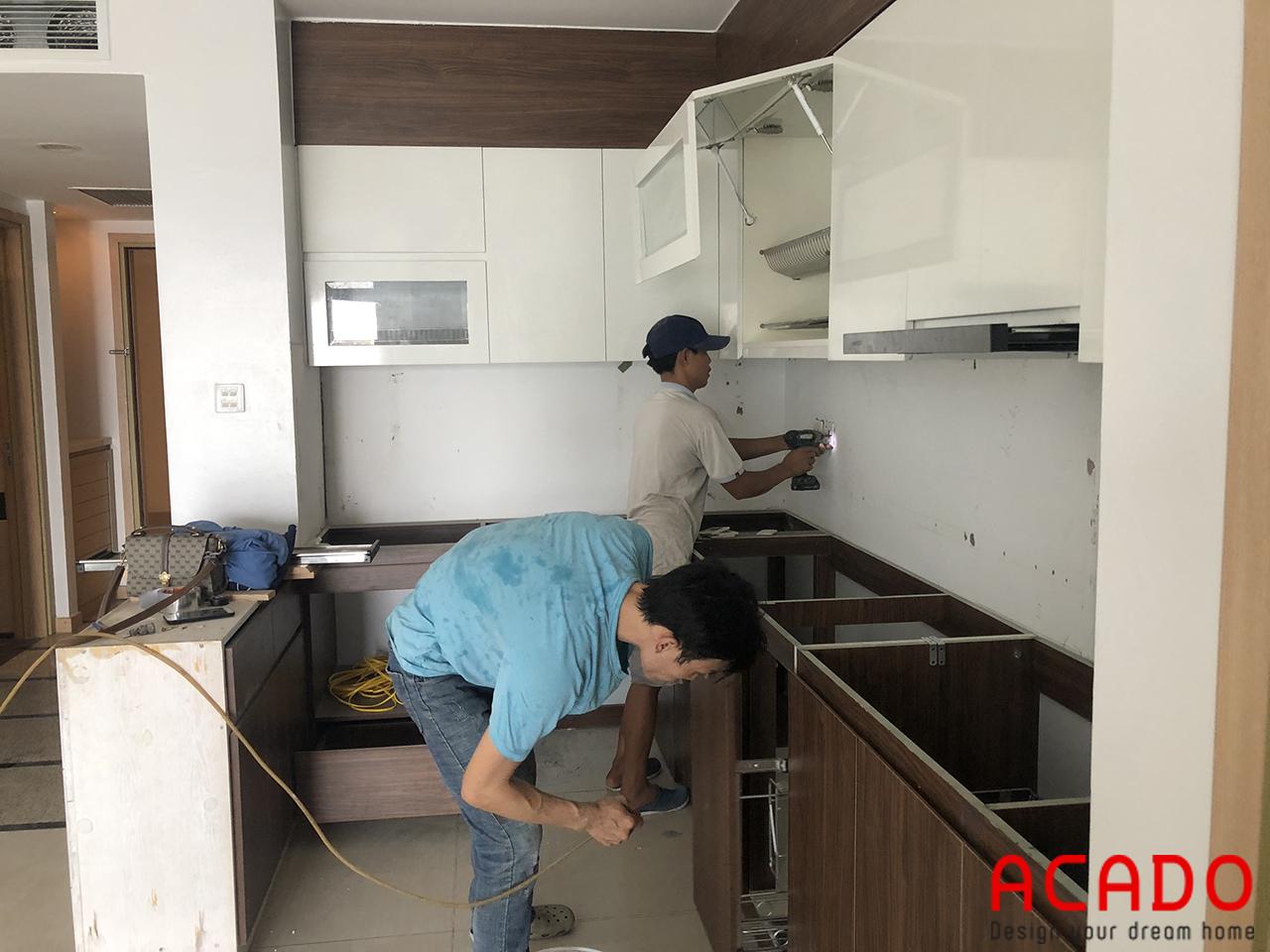 Thợ thi công vẫn đang tiến hành lắp đặt tủ bếp - Làm tủ bếp tại Khuất Duy Tiến , Thanh Xuân