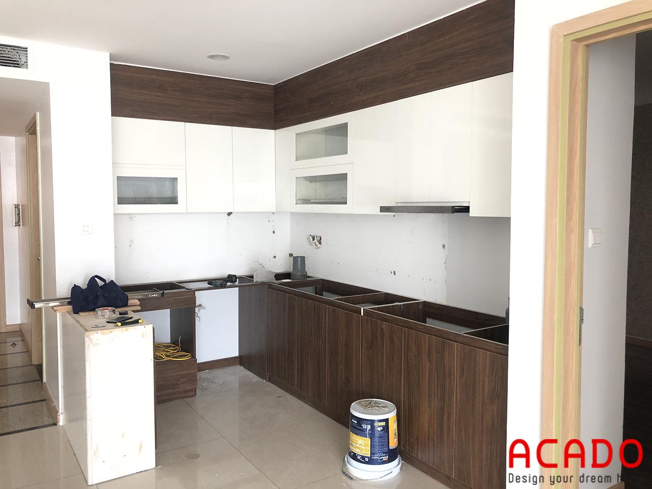 Sự kết hợp giữa màu trắng và màu vân gỗ tạo nên một bộ tủ bếp hiện đại và trẻ trung