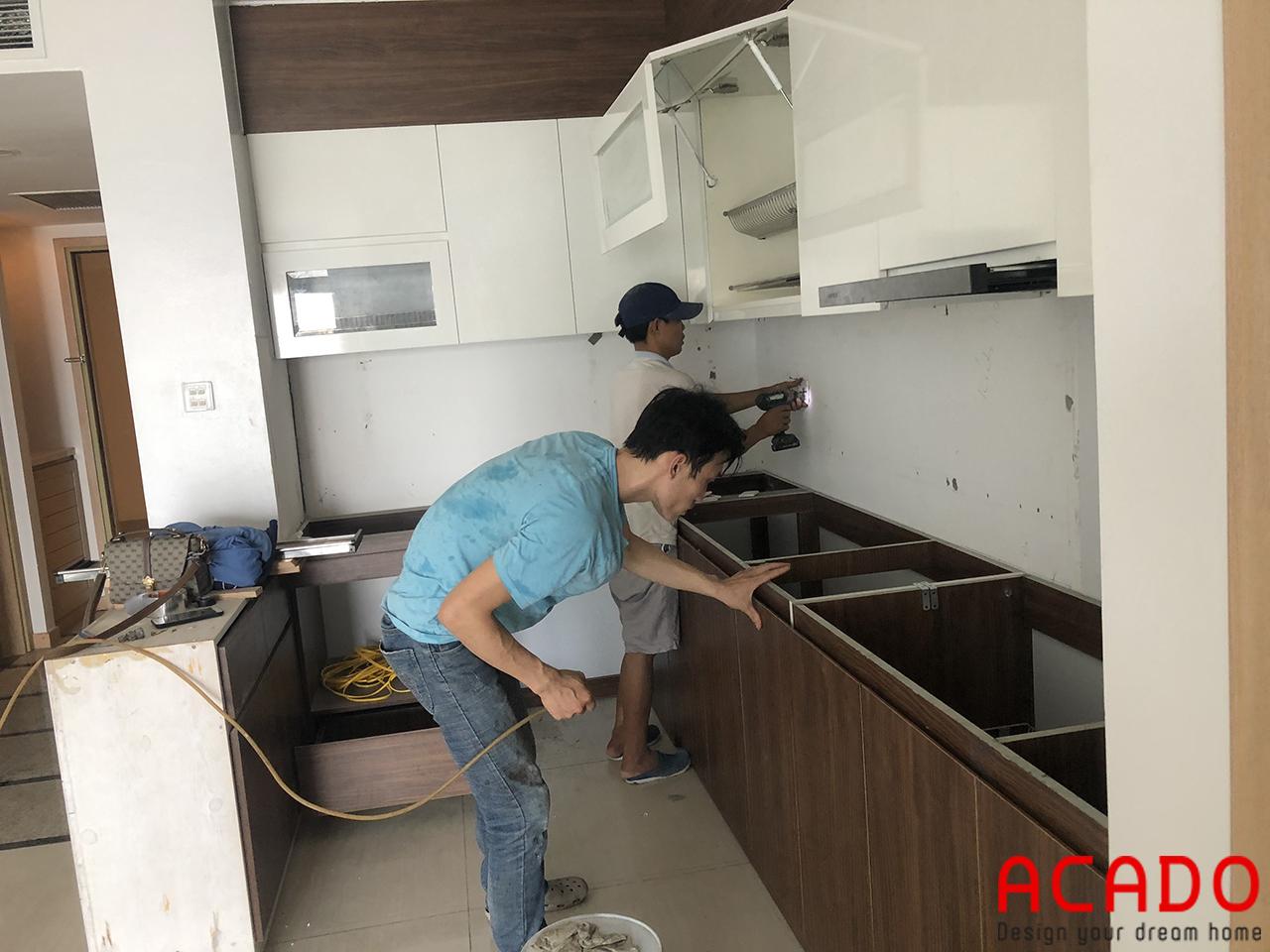Thợ thi công ACADO đang bắt đầu tiến hành lắp đặt tủ bếp cho gia chủ