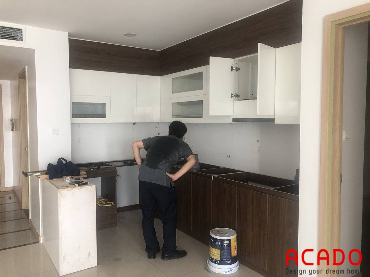 Hình ảnh anh Toàn và bộ tủ bếp của gia đình mình, anh rất hài lòng