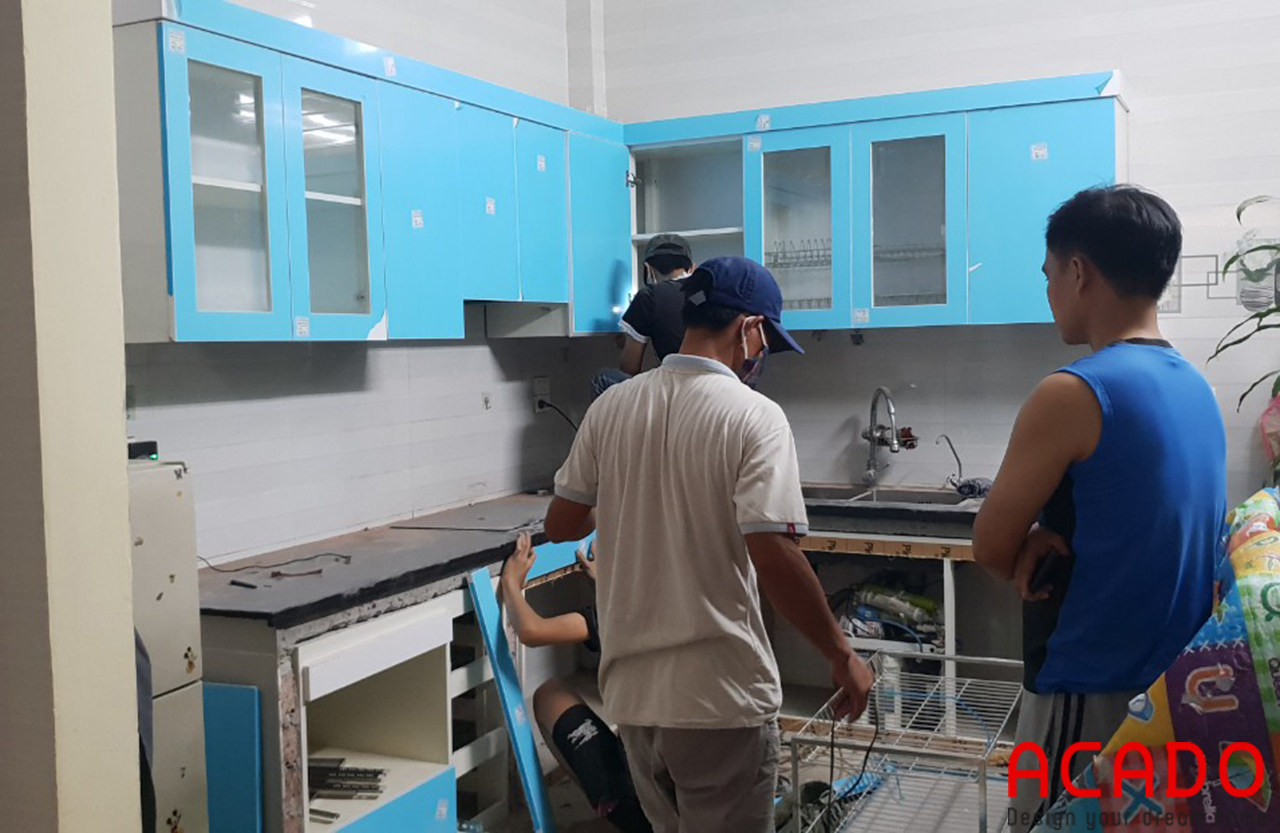Thợ thi công ACADO vẫn đang miệt mài lắp đặt tủ bếp để kịp bàn giao