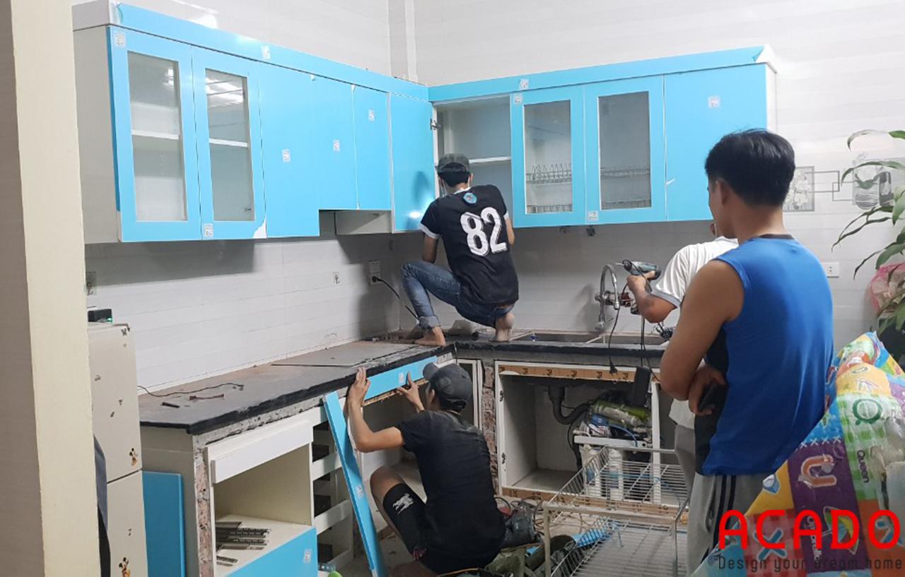 Thợ thi công đang bắt đầu thi công lắp đặt tủ bếp - Làm tủ bếp tại Kiến Hưng