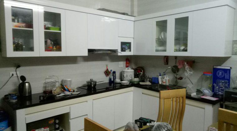 Tủ bếp đã bóc cánh hoàn thiện và gia đình anh Triệu đã bắt đầu sử dụng tủ bếp
