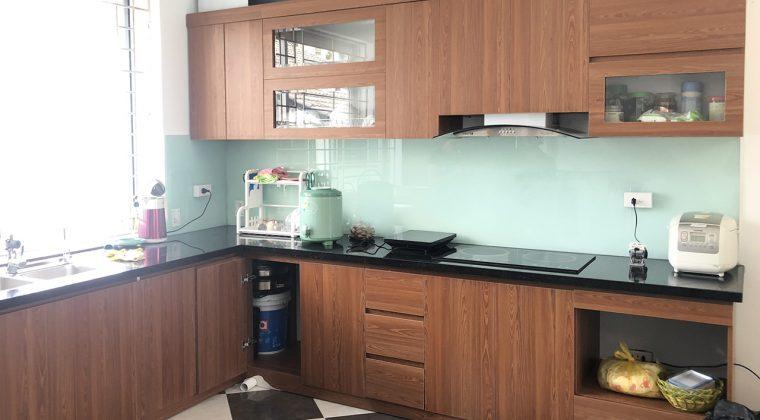 Bộ tủ bếp được làm hoàn toàn từ chất liệu gỗ công nghiệp Melamine cốt xanh chống ẩm