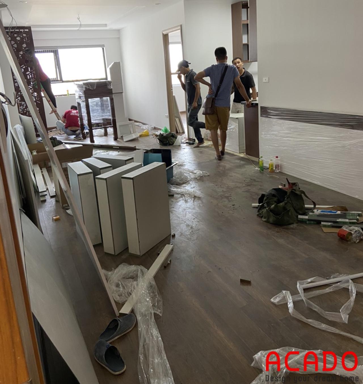 Thợ thi công ACADO đã bắt đầu vận chuyển đồ đạc để chuẩn bị lắp đặt