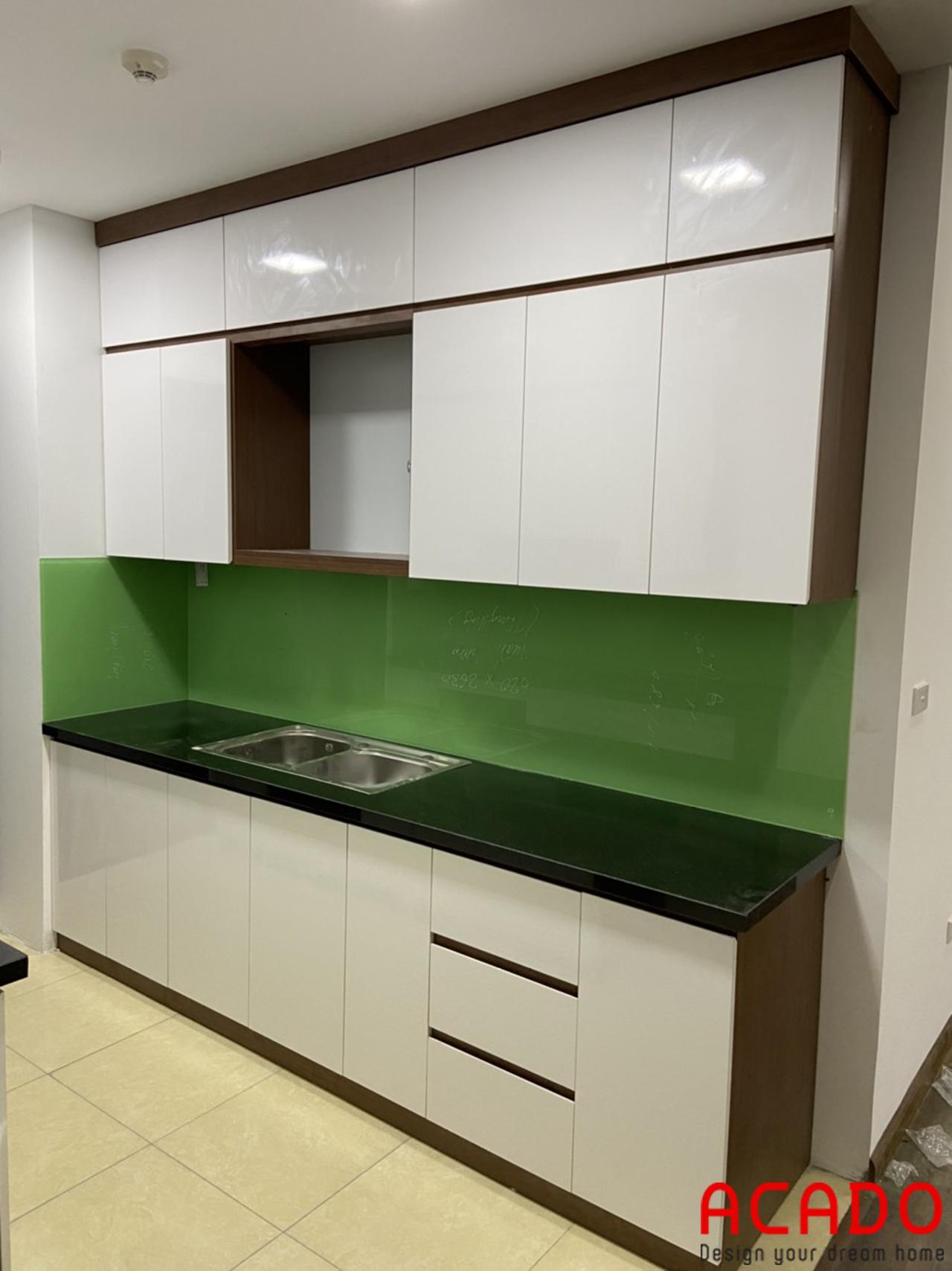 Nhà chị Thủy sử dụng kính bếp màu xanh cốm trẻ trung và hiện đại