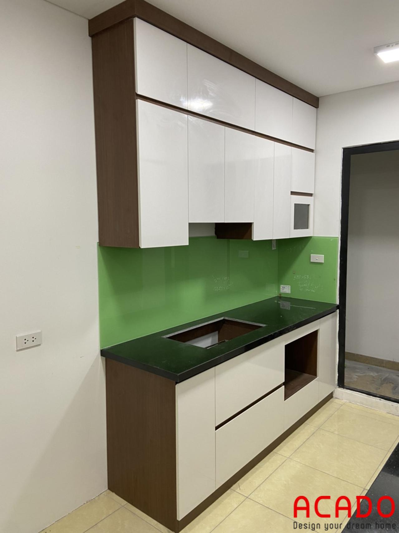 Tủ bếp thùng vân gỗ cánh trắng nổi bật . Thi công nội thất tại Thanh Xuân