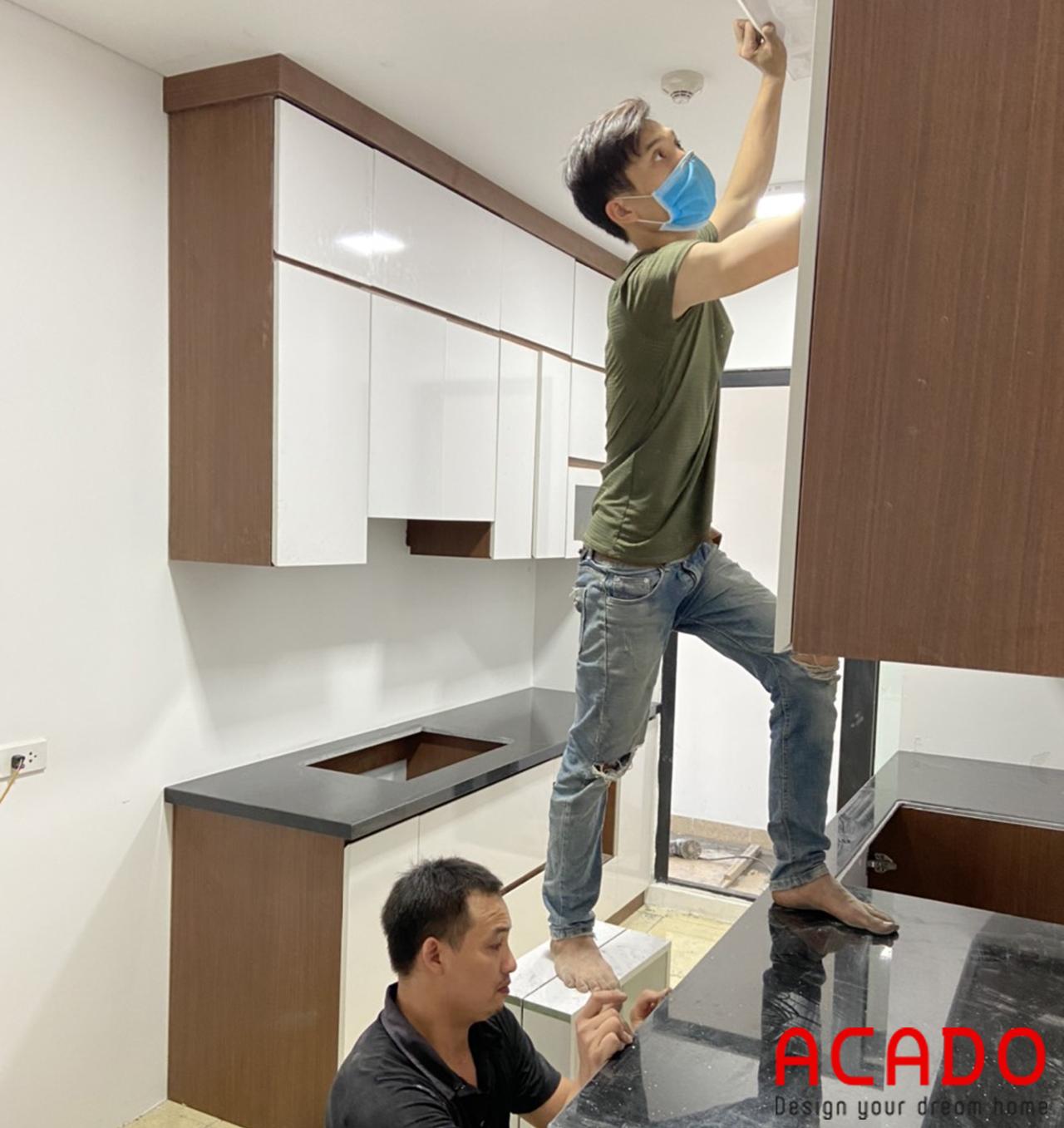Thợ thi công ACADO đang bắt đầu tiến hành lắp đặt tủ bếp
