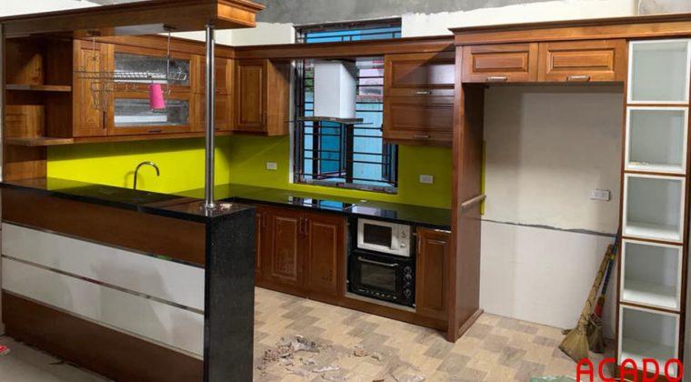 Tủ bếp gỗ sồi Nga kết hiwoj quầy bar sang trọng, đẳng cấp cho gia chủ