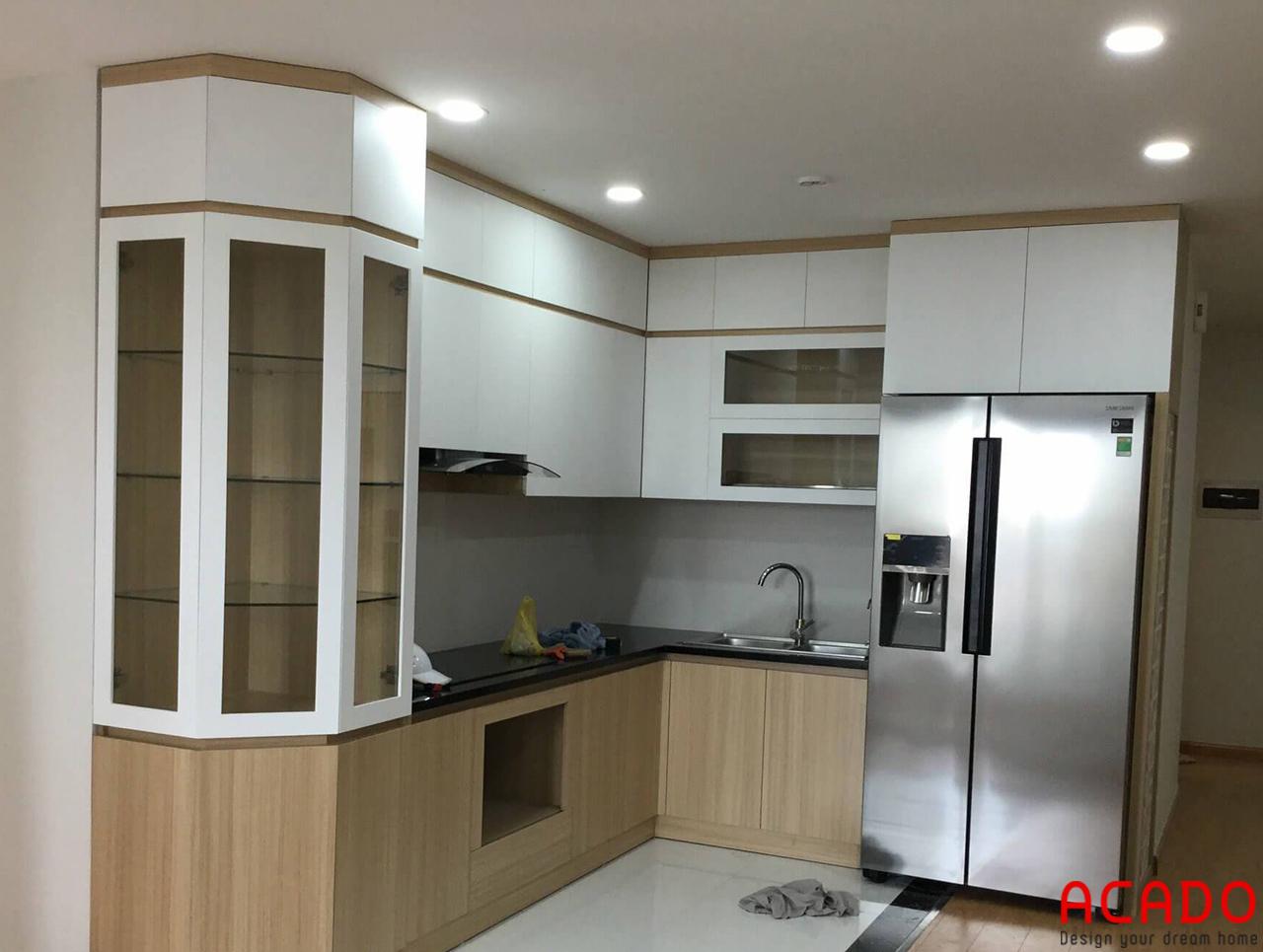Tủ bếp Melamine màu trắng kết hợp màu vân gỗ sang trọng và ấm cúng