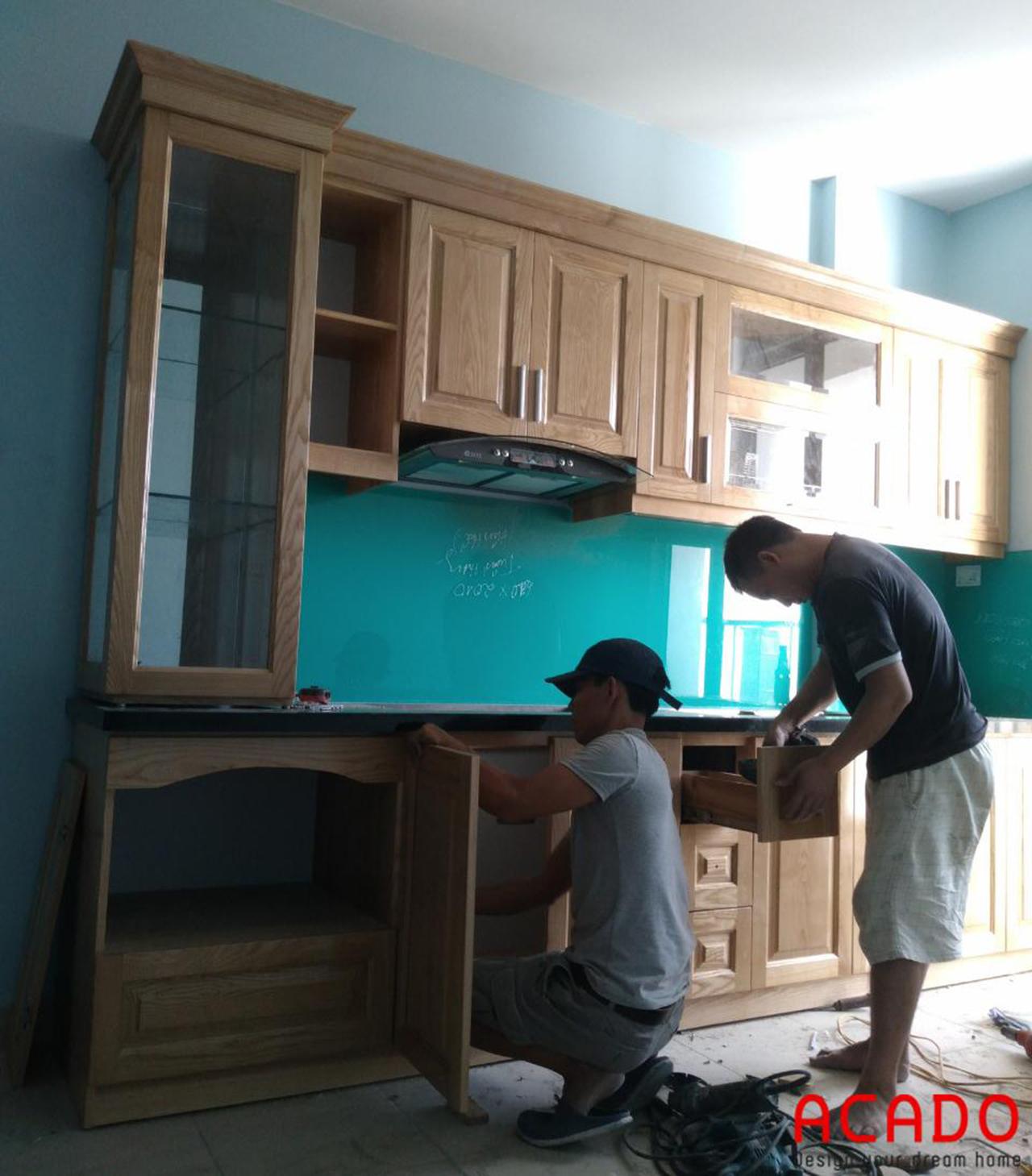 Thợ thi công ACADO đang tiến hành thi công lắp đặt tủ bếp cho khách hàng