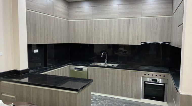 Tủ bếp chất liệu gỗ công nghiệp Laminate màu vân gỗ sang trọng