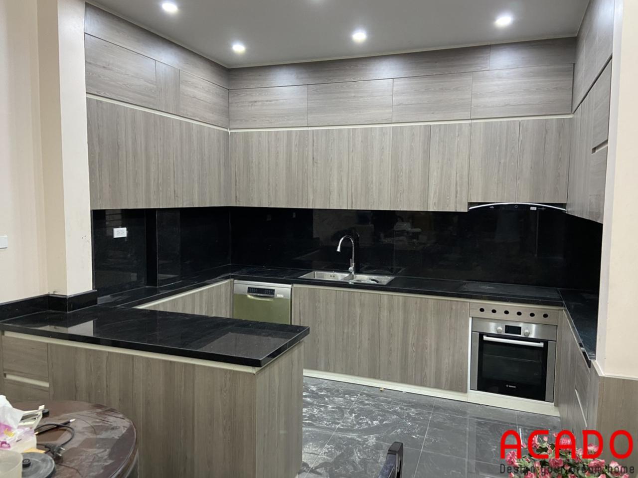 Tủ bếp gia đình anh Quý đã hoàn thiện, chất liệu gỗ công nghiệp Laminate màu vân gỗ sang trọng