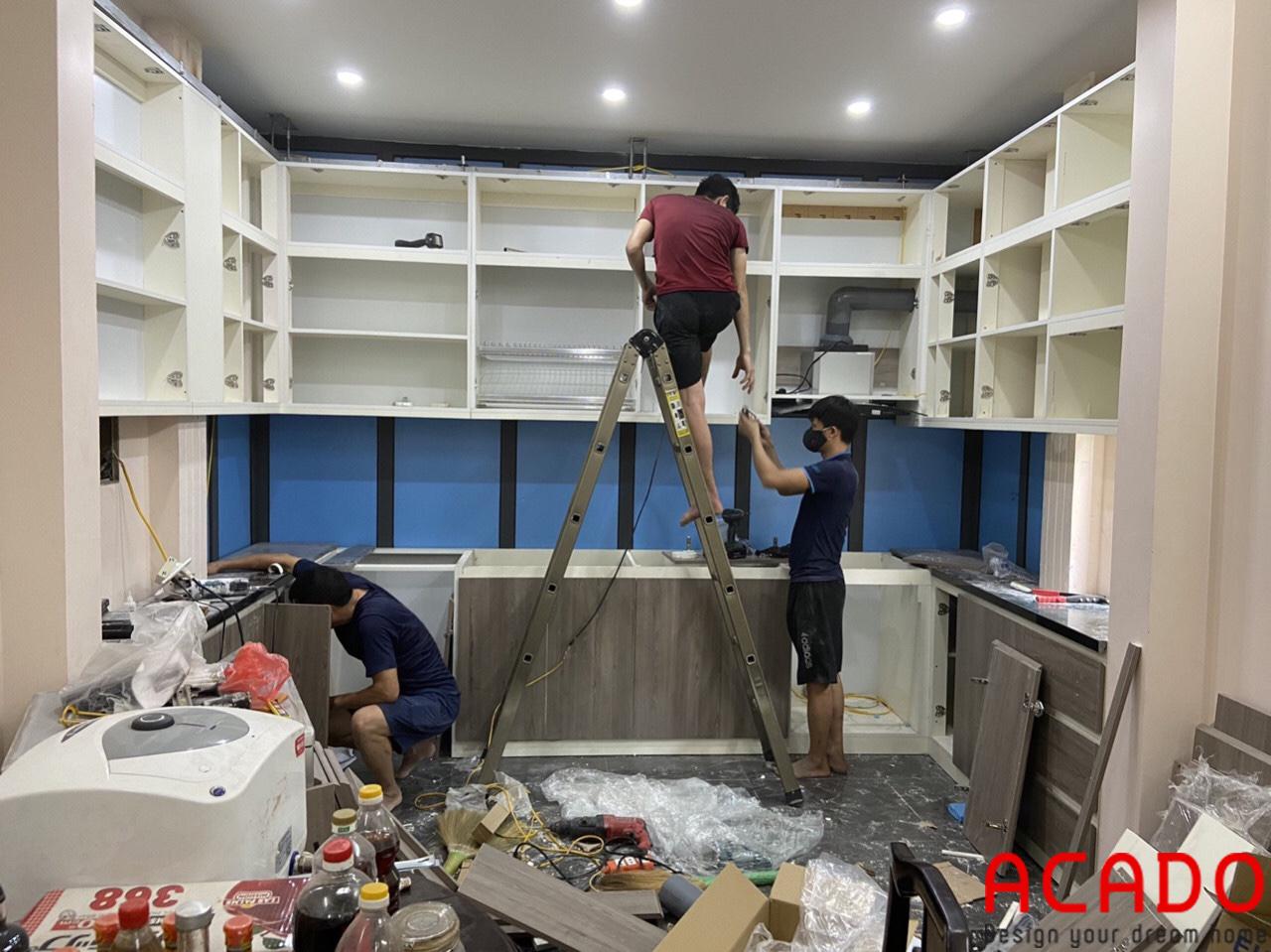 Tủ bếp vẫn đang trong quá trình hoàn thiện cho khách hàng