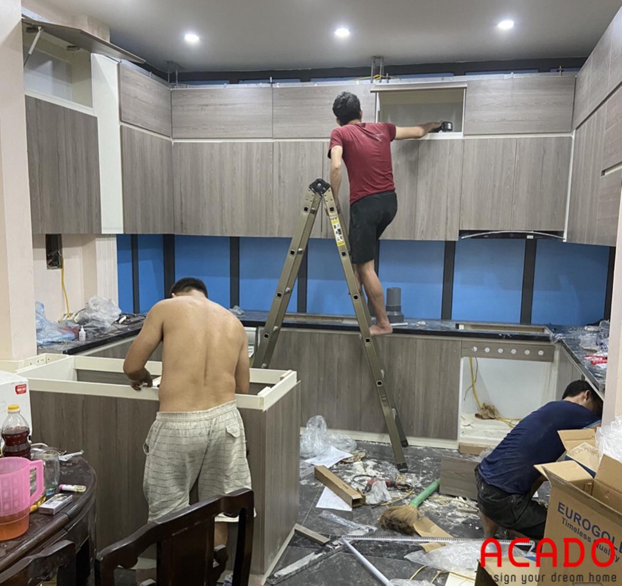 Những chú thợ ACADO vẫn đang miệt mài lắp đặt tủ bếp