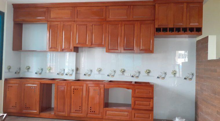 Tủ bếp xoan đào với phun sơn PU màu cánh gián ấm cúng cho căn bếp