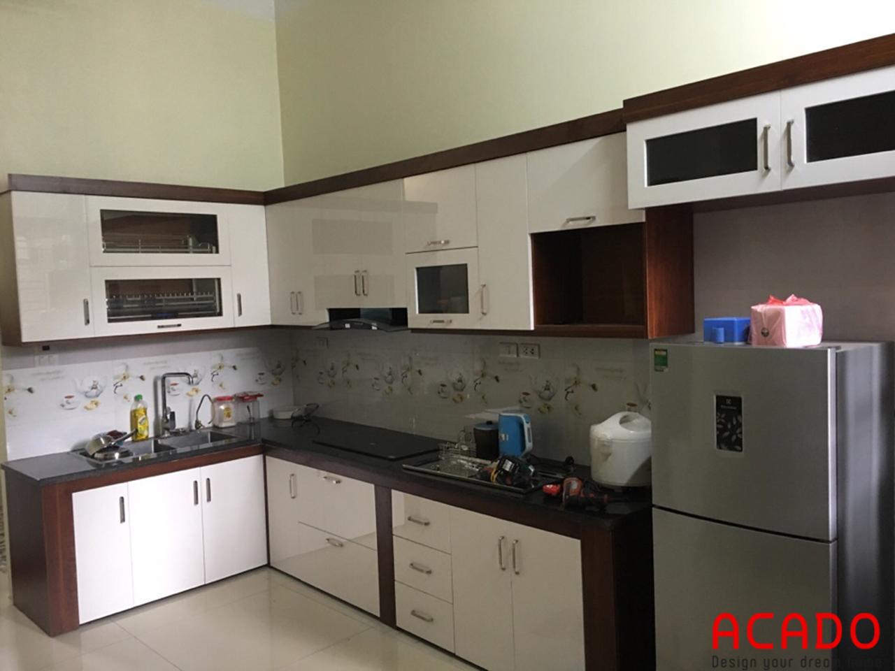 Thi công tủ bếp khung MDF cánh Acrylic hiện đại và sang trọng