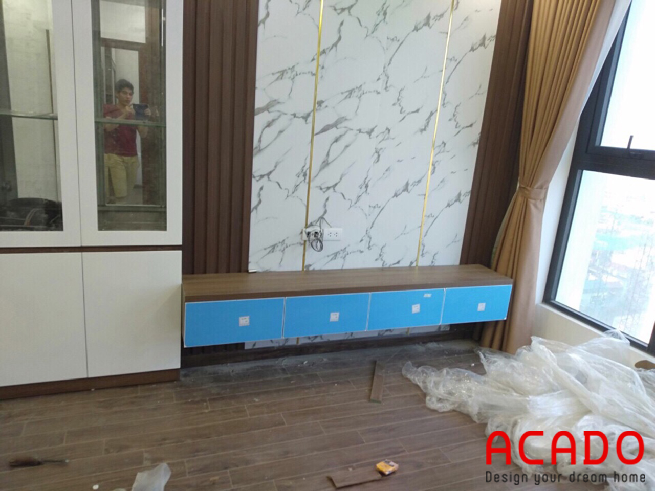 Kệ tivi treo và vách kẻ chỉ đồng trang trí - thi công nội thất tại Quang Trung