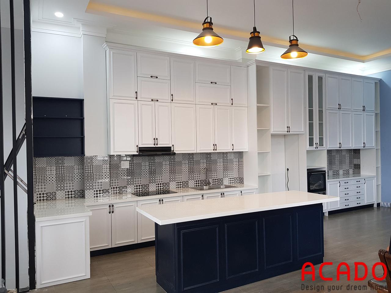 Tủ bếp gỗ sồi sơn trắng kết hợp bàn đảo màu xanh than làm điểm nhấn