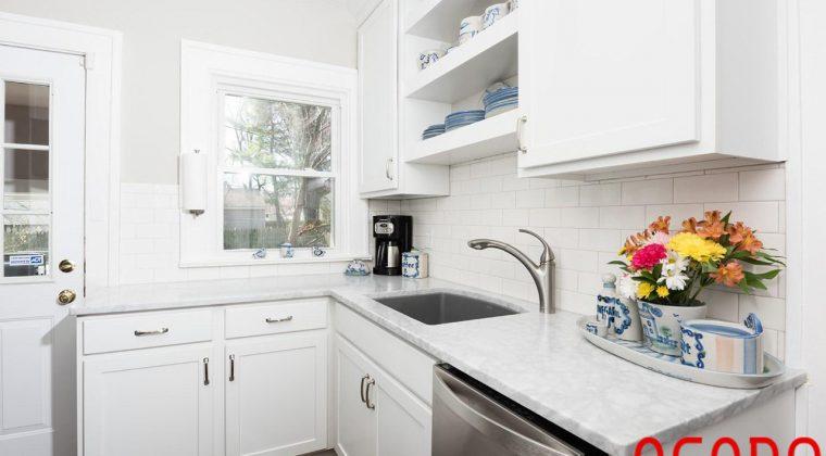 Tủ bếp gỗ sồi tự nhiên sơn trắng mang đến không gian bếp trẻ trung, sang trọng