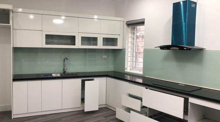 Tủ bếp Melamine màu trắng kết hợp kính bếp màu xanh trắng nhẹ nhàng