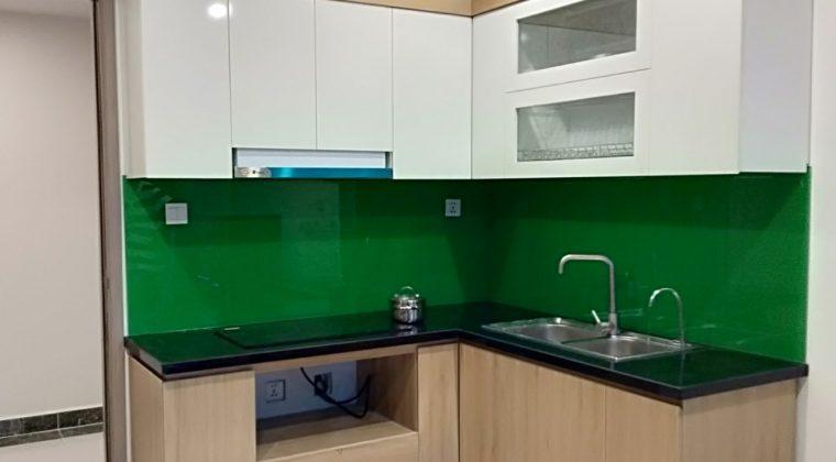 Kết hợp giữa màu trắng và màu vân gỗ tạo nên một bộ tủ bếp hiện đại, trẻ trung