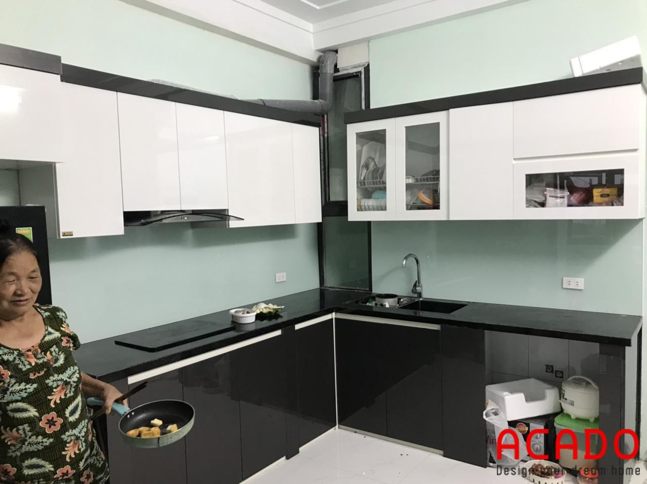 Tủ bếp Acrylic bóng gương kết hợp trắng và đen nổi bật