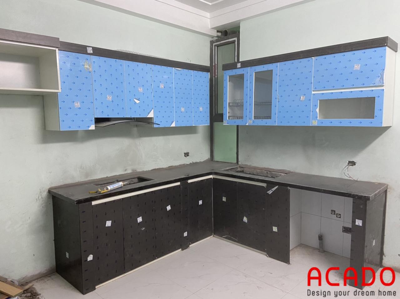 Tủ bếp khung nhựa Picomat cánh chất liệu gỗ công nghiệp Acrylic bóng gương