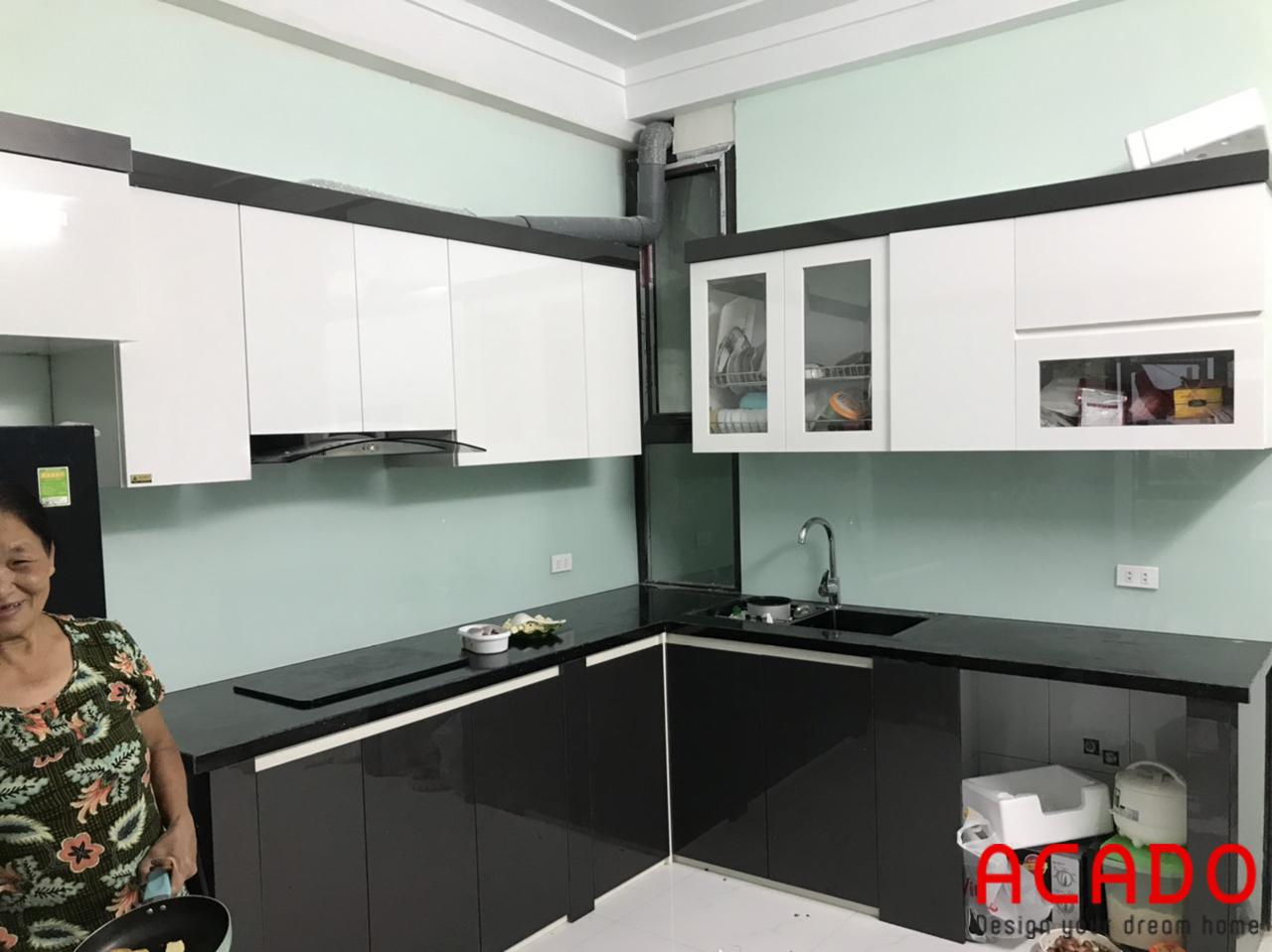 Kết hợp kính bếp màu xanh trắng cho căn bếp thêm hiện đại - thi công nội thất tại kiến hưng