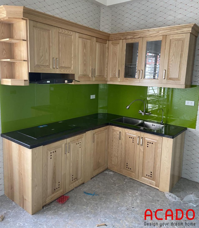Sử dụng kính bếp màu xanh lá cây hiện đại và trẻ trung làm điểm nhấn cho căn bếp