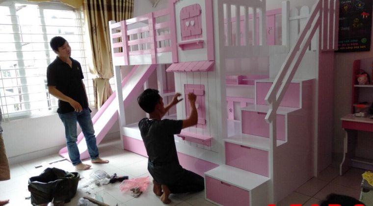 Thợ thi công ACADO đang tiến hành lắp đặt giường tầng cho khách hàng