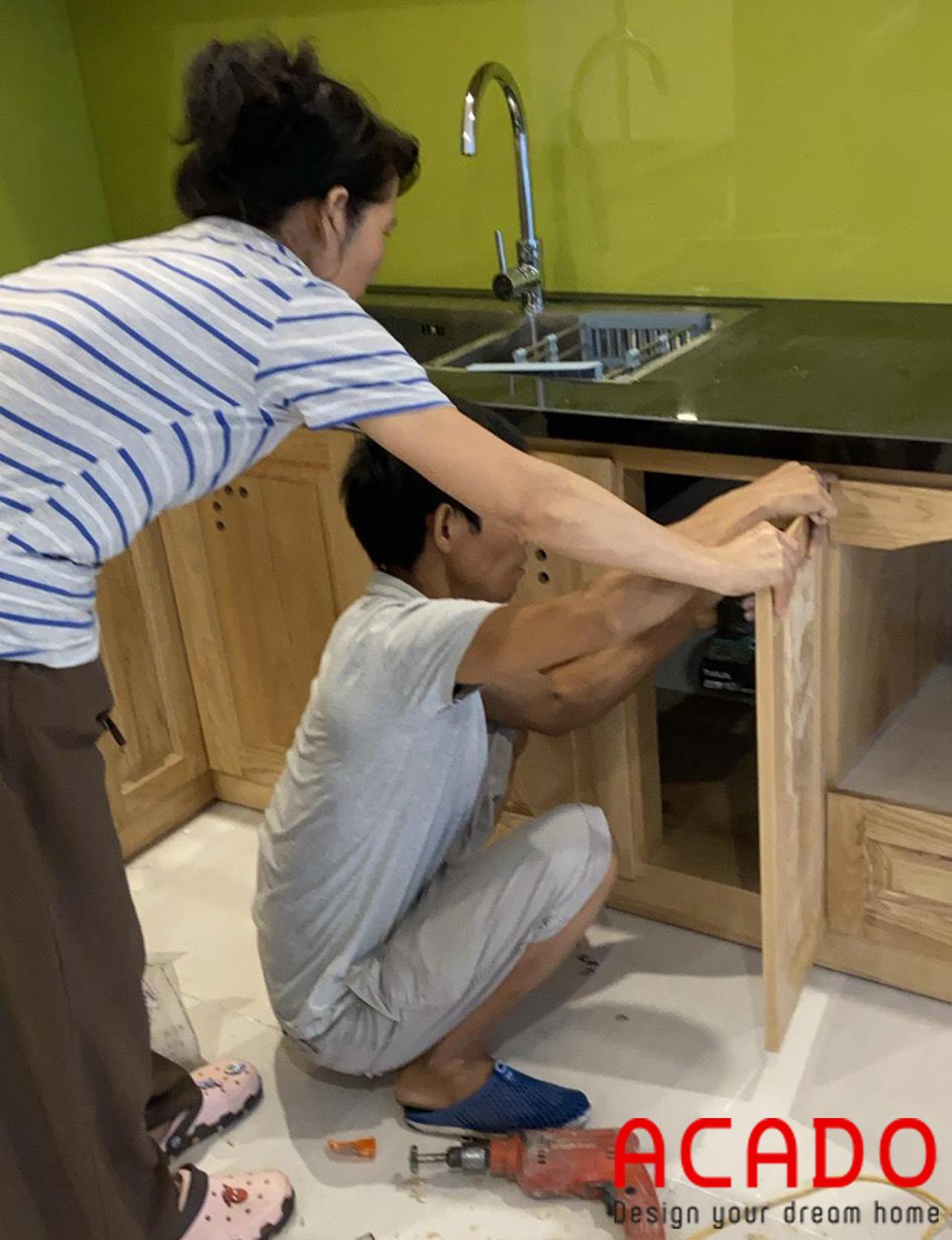 Đội ngũ thợ thi công ACADO đang tiến hành lắp đặt tủ bếp bếp cho khách hàng