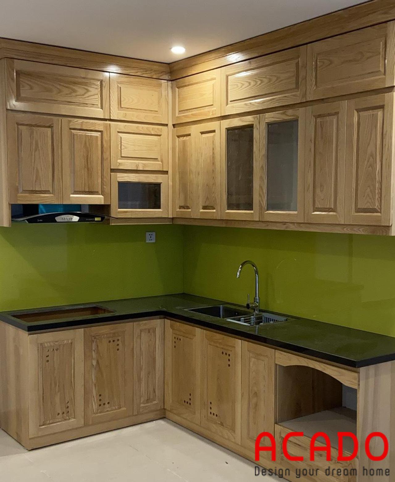 Tủ bếp chất liệu gỗ sồi nga tự nhiên phun sơn màu vàng nhạt