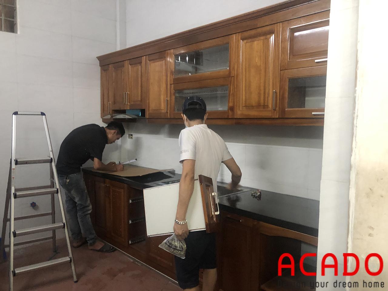 Tủ bếp xoan đào giúp cho không gian căn bếp trở nên sang trọng,ấm cúng