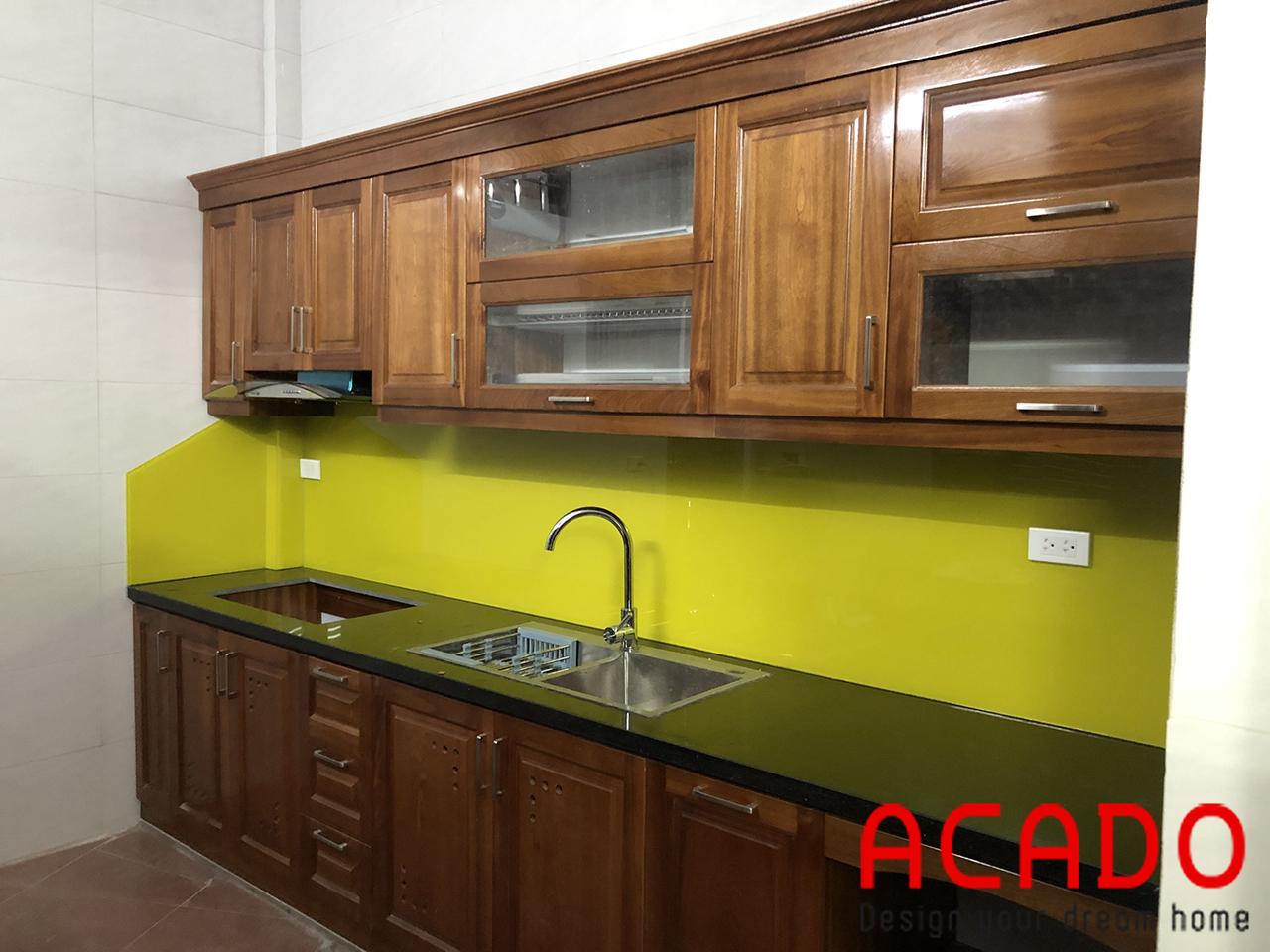 sự kết hợp hài hoa giữa đường nét của vân gộ và màu cánh gián của gỗ xoan đào tạo nên một vẻ đẹp hoàn hảo cho căn bếp nhà bạn