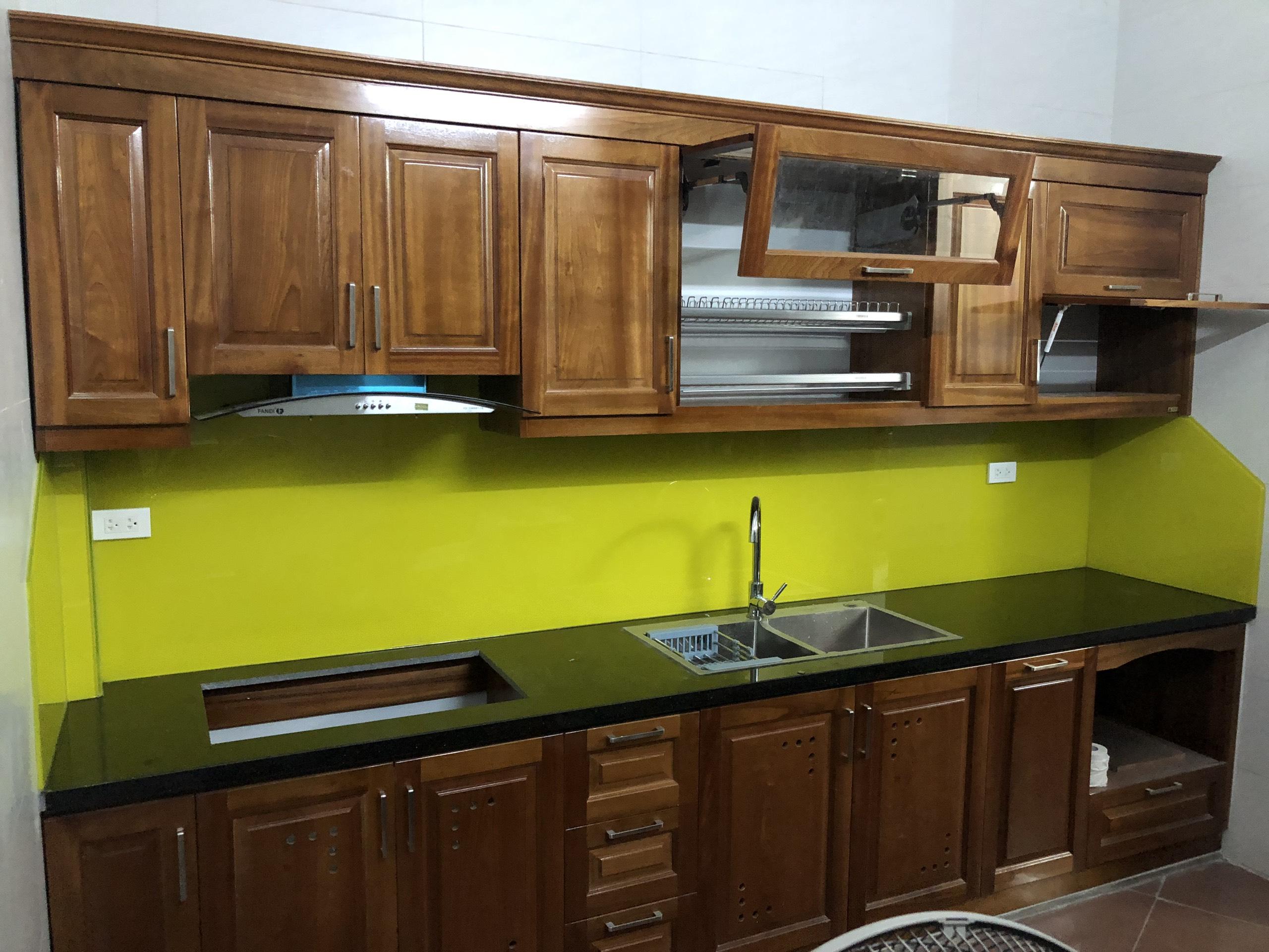 Gỗ xoan đào là lựa chọn hoàn hảo cho căn bếp nhỏ